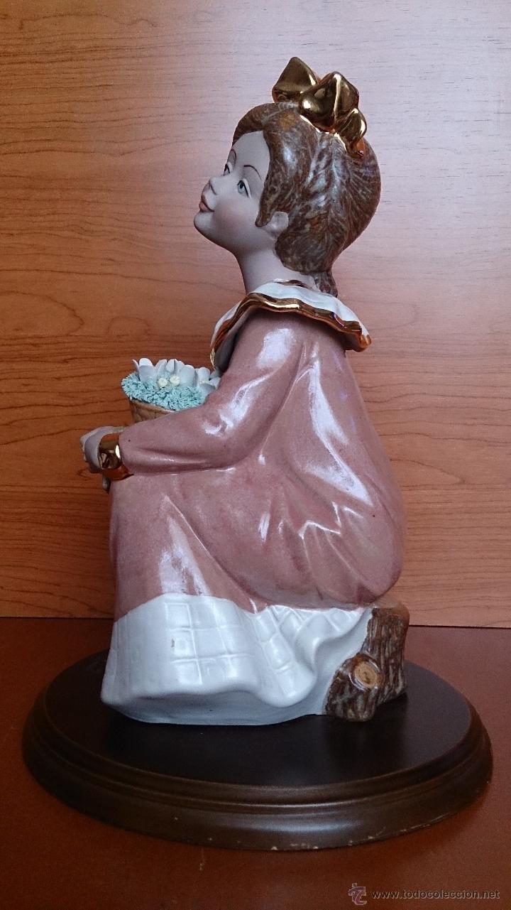 Antigüedades: Bonita figura de niña con cesta de flores en porcelana gres de la marca TENGRA sobre peana de madera - Foto 3 - 42360119