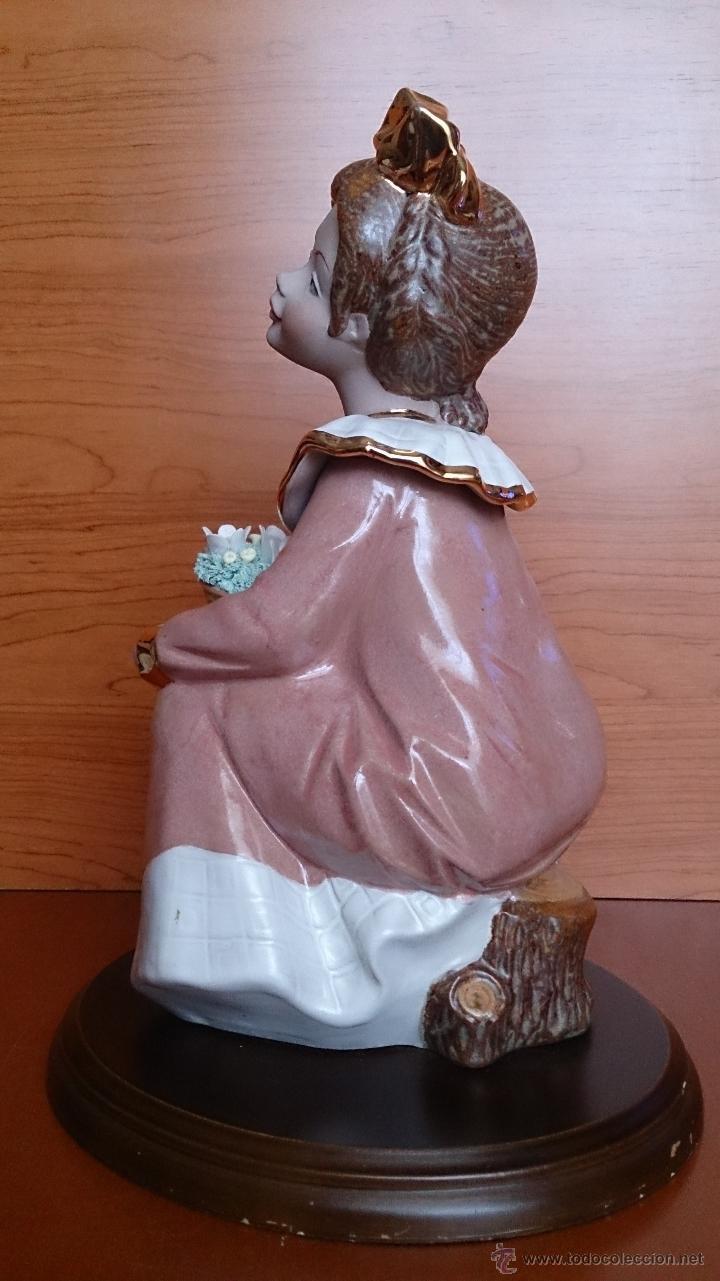Antigüedades: Bonita figura de niña con cesta de flores en porcelana gres de la marca TENGRA sobre peana de madera - Foto 4 - 42360119