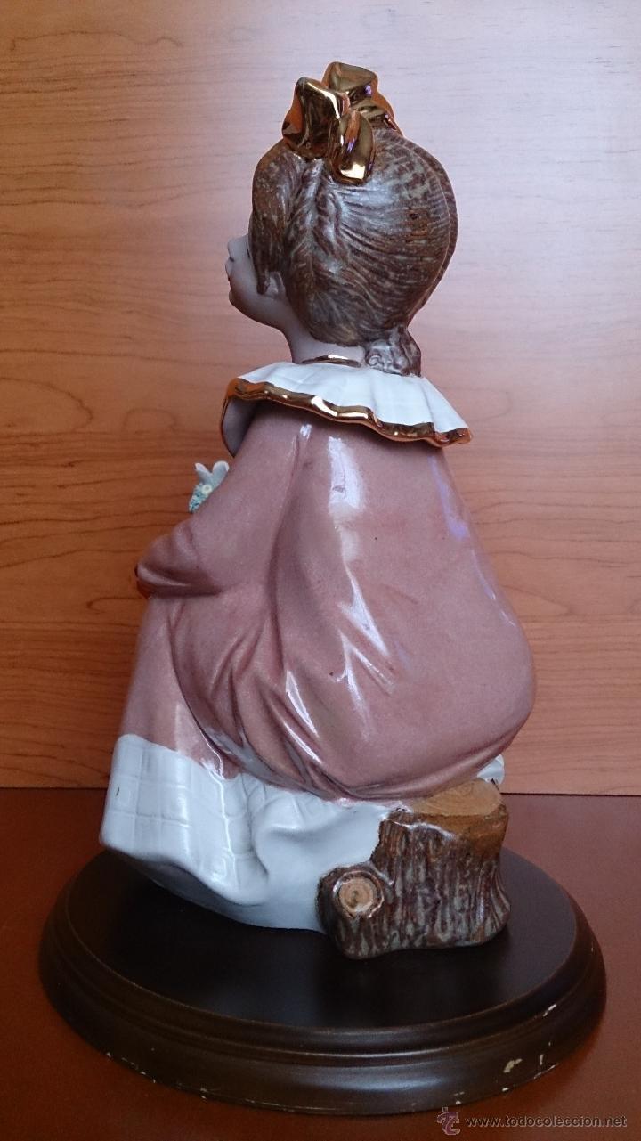 Antigüedades: Bonita figura de niña con cesta de flores en porcelana gres de la marca TENGRA sobre peana de madera - Foto 5 - 42360119