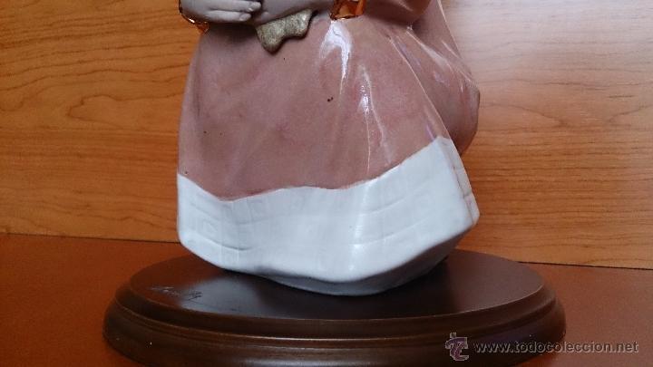 Antigüedades: Bonita figura de niña con cesta de flores en porcelana gres de la marca TENGRA sobre peana de madera - Foto 15 - 42360119
