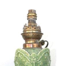 Antigüedades: LAMPARA ANTIGUA CERMICA QUINQUE ORIGINAL ELECTRIFICADO VERDE FRANCIA XIX. Lote 42441029