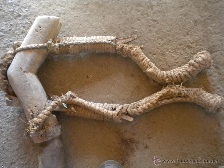 Antigüedades: antiguo yugo o ubio de madera 108cm de largo - Foto 2 - 42478316