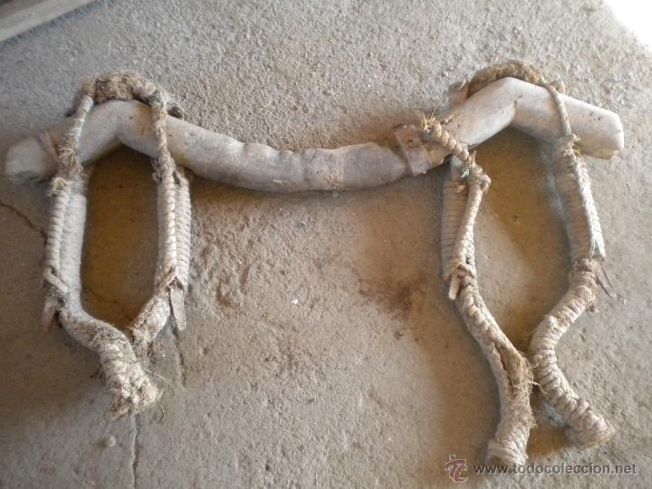 Antigüedades: antiguo yugo o ubio de madera 108cm de largo - Foto 4 - 42478316