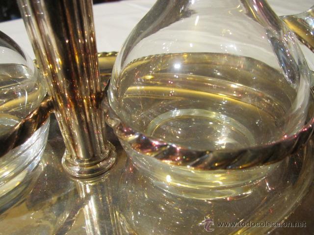 Antigüedades: Antiguas aceitera y vinagrera en cristal de Bohemia con bandeja de alpaca. Altura jarritas: 15 cms. - Foto 4 - 42513441