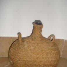 Antigüedades: ANTIGUA GARRAFA CRISTAL VERDE FORRADA DE ESPARTO,DOS ASAS. RARA APAISADA. Lote 42513915