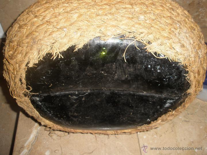 Antigüedades: ANTIGUA GARRAFA CRISTAL VERDE FORRADA DE ESPARTO,DOS ASAS. RARA APAISADA - Foto 3 - 42513915