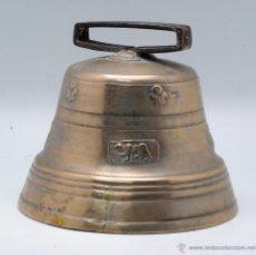 Antigüedades: GRAN CAMPANA BRONCE CON ASA HIERRO DECORACIÓN OSO ÁGUILA HOJA PP S XIX. Lote 42522986