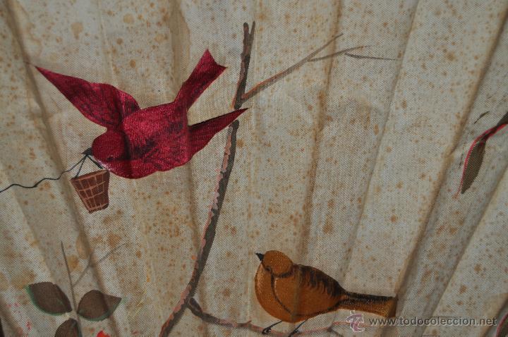 Antigüedades: ANTIGUO ABANICO DE PRINCIPIOS DEL S.XX CON PAIS PINTADO SOBRE SEDA Y VARILLAJE TALLADO Y POLICROMADO - Foto 5 - 42526019