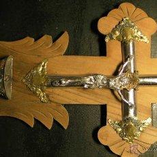 Antigüedades: CRUCIFIJO EN MADERA CON CRISTO Y BENDITERA CON TERMINACIONES EN METAL Y ALPACA. Lote 42563138
