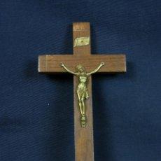 Antigüedades: CRUZ LATINA DE MADERA CON CRISTO CRUCIFICADO EN METAL DORADO INRI 17X9 CM. Lote 141633801