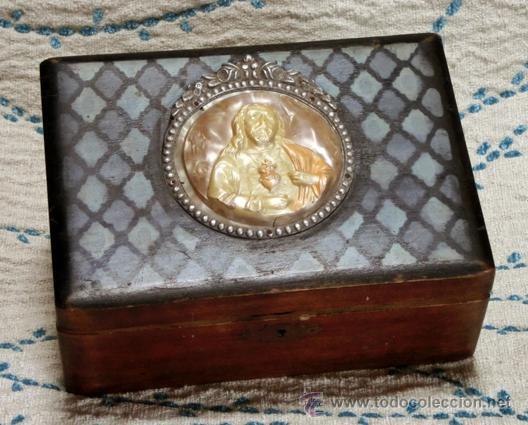 Antigüedades: ANTIGUA Y RARA CAJA RELIGIOSA. MADERA POLICROMADA. MEDALLÓN DE CELULOIDE. SAGRADO CORAZÓN - Foto 2 - 42673253