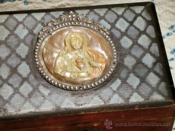 Antigüedades: ANTIGUA Y RARA CAJA RELIGIOSA. MADERA POLICROMADA. MEDALLÓN DE CELULOIDE. SAGRADO CORAZÓN - Foto 4 - 42673253