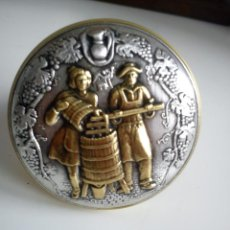 Antigüedades: PRECIOSA ROLLA MUY FINA PARA BOTELLA DEL VINO,HECHA DE METAL DORADO Y ESTANO EN RELEVO. Lote 42693080