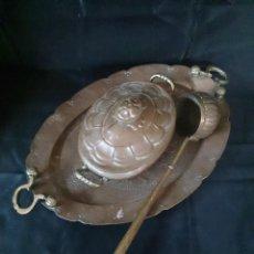 Antigüedades: CONJUNTO DE SOPERA CON TAPA, BANDEJA Y CAZO DE METAL.. Lote 148268392