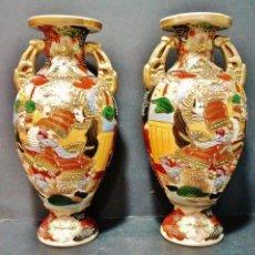 Antigüedades: GRAN PAREJA DE JARRONES ANTIGUOS CON ASAS DE PORCELANA JAPONESA SATSUMA, S. XIX. MARCAS AL DORSO. . Lote 42765674