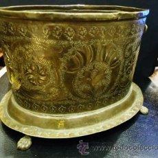 Antigüedades: ANTIGUO CENTRO OVALADO CON PEQUEÑAS ASAS Y PIES DE GARRA.. Lote 42775055