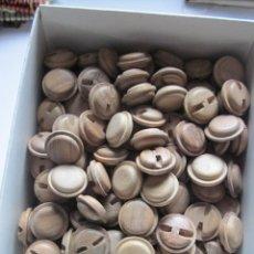 Antigüedades: 200 ANTIGUOS BOTONES EN MADERA PULIDA. Lote 236187715