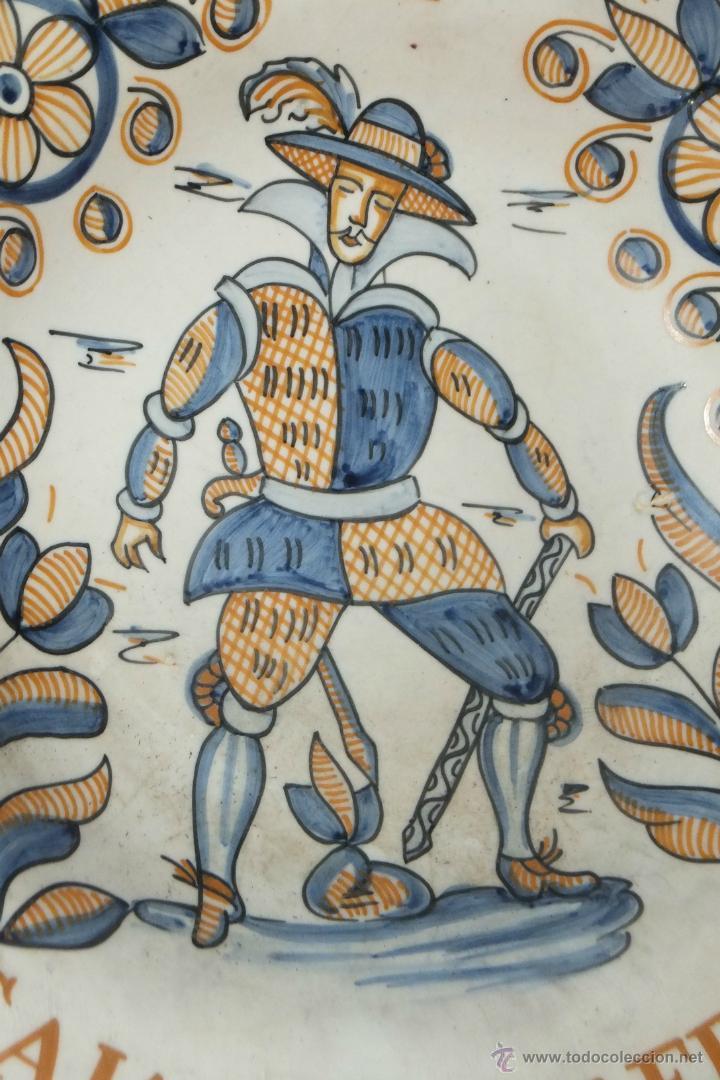 Antigüedades: Plato Talavera soldado flandes siguiendo modelo serie tricolor S.XVII Publicidad Caja Ahorros Toledo - Foto 2 - 42838364