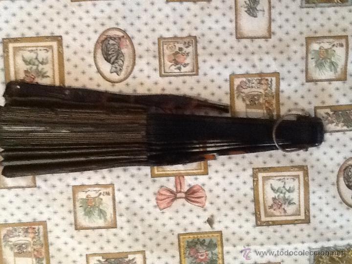 Antigüedades: ANTIGUO ABANICO PINTADO A MANO, VARILLAS DE SIMIL DE CAREY Y MADERA, PARA RESTAURAR - Foto 4 - 42906117