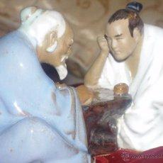 Antigüedades: FIGURA PORCELANA CHINA. JUGADORES WEIQI IGO BADUK GO BISCUIT SELLADA. Lote 45906592