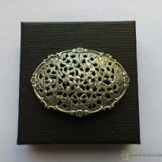 Antigüedades: BROCHE DE PLATA DE LEY CON MARCA HH APP. AÑO 1830 ANCHO 71MM. Lote 42936543