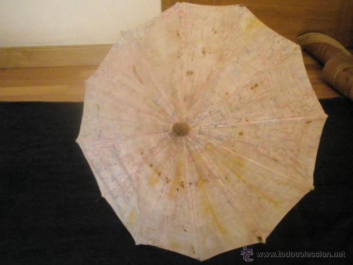 Antigüedades: Antigua sombrilla infantil estilo oriental, mango de madera, tela deteriorada, 40 cm. Años 20 - Foto 2 - 42965147