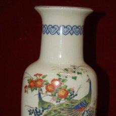 Antigüedades: BONITO JARRÓN EN CERÁMICA PINTADA Y PLATA DE MANUFACTURA JAPONESA. Lote 42970607
