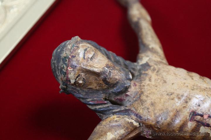 Antigüedades: ANTIGUO CRISTO, TALLA DE MADERA POLICROMADA. MARCO DE MADERA DORADA SOBRE FONDO DE TERCIOPELO. - Foto 3 - 42994978