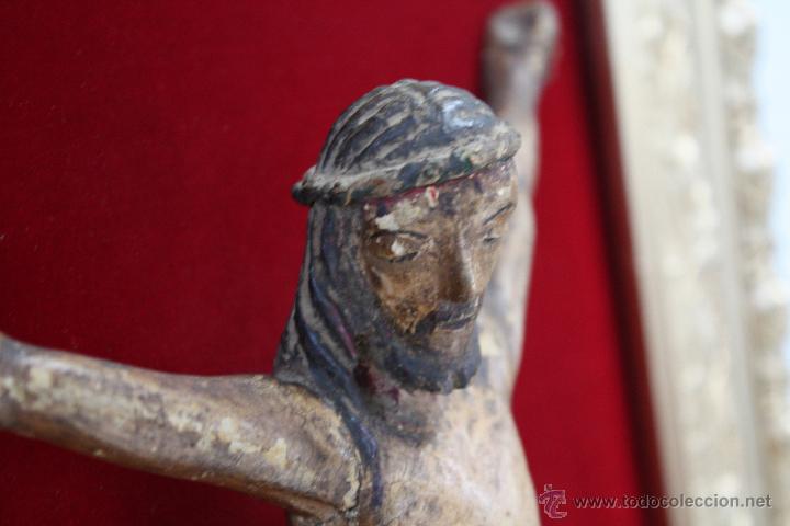 Antigüedades: ANTIGUO CRISTO, TALLA DE MADERA POLICROMADA. MARCO DE MADERA DORADA SOBRE FONDO DE TERCIOPELO. - Foto 4 - 42994978