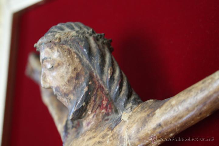 Antigüedades: ANTIGUO CRISTO, TALLA DE MADERA POLICROMADA. MARCO DE MADERA DORADA SOBRE FONDO DE TERCIOPELO. - Foto 6 - 42994978