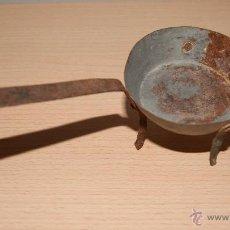 Antigüedades: ANTIGUA SARTÉN CON PATAS O TREBEDE DE HIERRO - PEQUEÑA. Lote 43010329