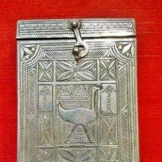 Antigüedades: CAJA PORTA-CORAN,EN PLATA CON DIBUJOS SIMETRICOS CON DISTINTAS SIMBOLOGIAS. Lote 43064923