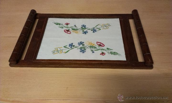 Antigua bandeja de madera con pa o bordado enma comprar for Bandejas de madera