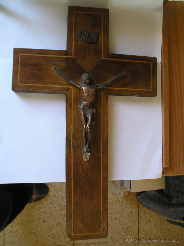 CRUCIFIJO MADERA INRI - CRUZ MIDE 25 X 41 CENTÍMETROS & SANTO CRISTO COLOR BRONCE 12 X 14´50 CMS (Antigüedades - Religiosas - Crucifijos Antiguos)