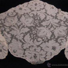 Antigüedades: ELEGANTE MANTILLA ANTIGUA DE BLONDA DE SEDA COLOR CARAMELO. Lote 43075359