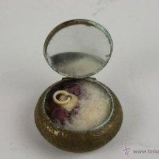 Antigüedades: POLVERA EN METAL DORADO CON MOTIVO FLORAL - SIGLO XIX. Lote 156042781