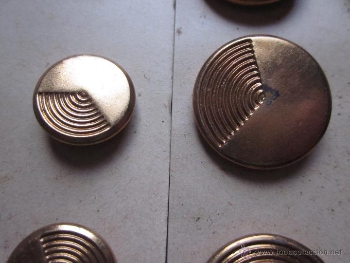 Antigüedades: 100 Antiguos botones metálicos - Foto 2 - 136362694