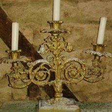Antigüedades: GRAN CANDELABRO ANTIGUO DE TRES VELAS (33 CM DE ALTO X 39 DE ANCHO). Lote 43106839
