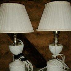 Antigüedades: PAREJA LAMPARAS DE MESA (24CM) EN OPALINA BLANCA (MEDIADOS SIGLO XX) RESTAURADAS. Lote 43121699