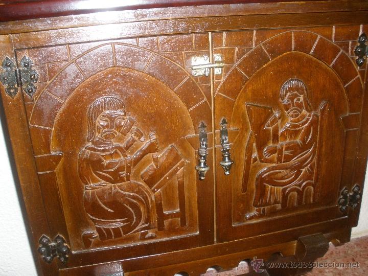 Mueble auxiliar tallado a mano con motivos reli comprar for Muebles auxiliares segunda mano