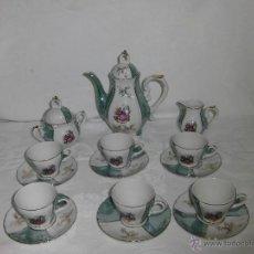 Antigüedades: BONITO JUEGO DE CAFE ESCENA ROMANTICA Y REFLEJOS NACARADOS EN VERDE ,CON SISTEMA DE MUSICA QUE NO FU. Lote 43181081
