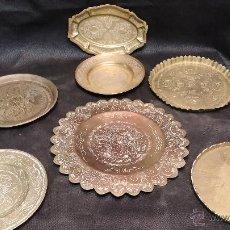 Antigüedades: LOTE DE 7 PLATOS ANTIGUOS EN METAL BRONCE. Lote 43243835