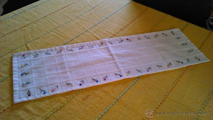 Antigüedades: Antiguo tapete rectangular con florecitas bordadas a mano. - Foto 2 - 43251015