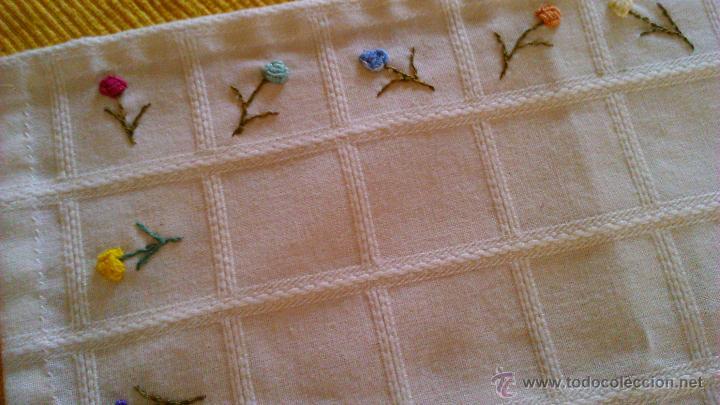 Antigüedades: Antiguo tapete rectangular con florecitas bordadas a mano. - Foto 3 - 43251015