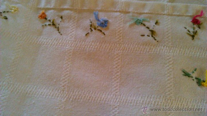 Antigüedades: Antiguo tapete rectangular con florecitas bordadas a mano. - Foto 4 - 43251015