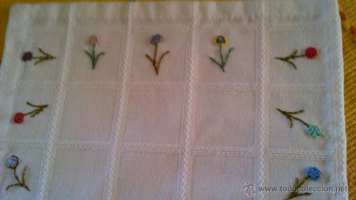 Antigüedades: Antiguo tapete rectangular con florecitas bordadas a mano. - Foto 5 - 43251015