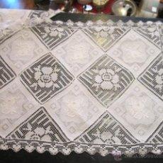 Antigüedades: PAREJA DE TAPETES O MANTELES INDIVIDUALES, EN HILO, BORDADOS A MANO Y GANCHILLO. 43,5 X 21,5 CMS.. Lote 43271271