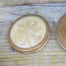 Antigüedades: POLVERA ANTIGUA EN LATON Y DECORADA TIPO NACAR . Lote 43284940