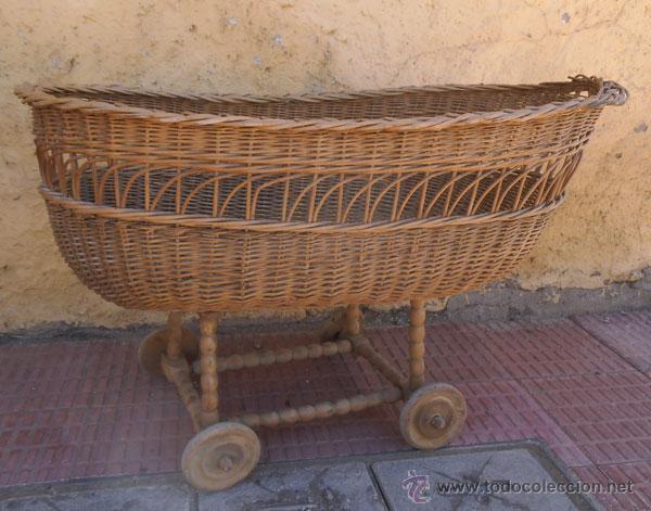 FABULOSA CUNA DE MIMBRE CON PATAS Y RUEDAS DE MADERA (Antigüedades - Muebles Antiguos - Camas Antiguas)