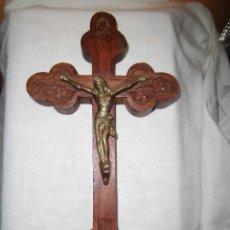 Antigüedades: ANTIGUA CRUZ DE MADERA TALLADA CON CRISTO DE BRONCE. Lote 120581059